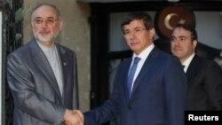 Ngoại trưởng Iran Ali Akbar Salehi (trái) và Ngoại trưởng Thổ Nhĩ Kỳ Ahmet Davutoglu họp tại Ankara hồi tháng 8, 2012