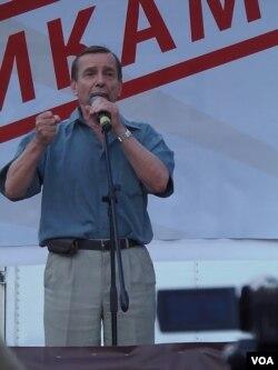 2012年7月份莫斯科的要求释放政治犯的集会上,人权活动人士波诺玛廖夫讲话。