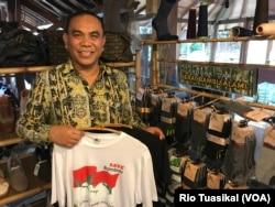 """Managing Director Bamboo Studio by Parker, Taufiq Rahman, memamerkan baju, kaus kaki, dan sepatu dari bahan serat bambu, dalam ajang """"Bambu is Wonderful"""" di Bandung, Senin (26/11) sore. (Foto: VOA/Rio Tuasikal)"""