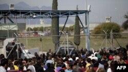 Близкие и родственники заключенных у тюрьмы «Аподока»