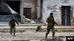 지난해 12월 시리아 알레포 시에서 정부 군이 군사 작전을 펼치고 있다.
