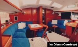 Ruang utama di dalam kapal dilengkapi sofa dan TV. (Foto: Ika Olsen)
