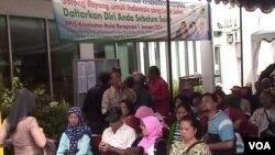 Masyarakat mengantre di kantor BPJS Kesehatan Kota Bandung untuk mendaftar sebagai anggota asuransi tersebut. (VOA/R. Teja Wulan)