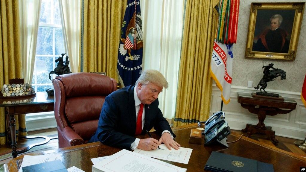 美国总统川普2017年12月22日签署税改法。