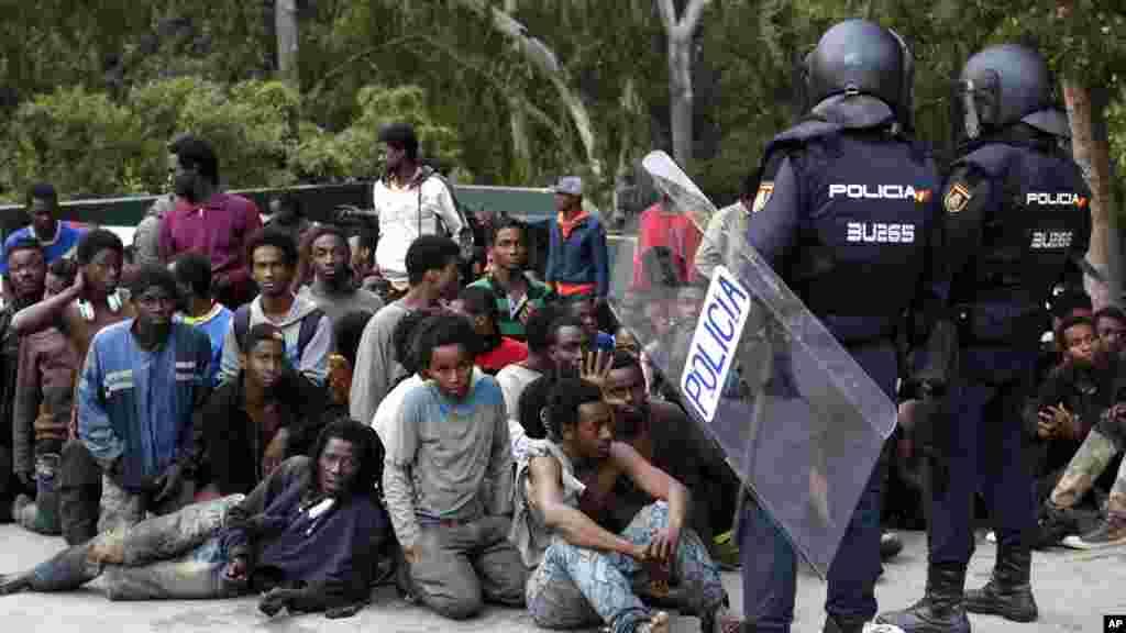 Des migrants sont assis sur un terrain, Ceuta, le 17 février 2017.