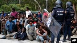 Gelombang migran Afrika yang ingin memasuki Spanyol lewat daerah kantongnya kecilnya di kota Ceuta, Afrika Utara (foto: dok).