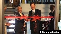 امریکی سفیر ہیل اور ڈاکٹر عشرت سینٹر کا افتتاح کر رہے ہیں۔