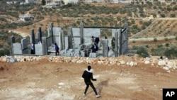 Des Palestiniens jettent des pierres sur les soldats israéliens, le 7 janvier 2014