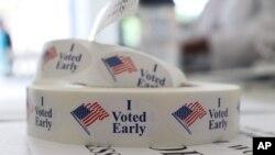 Estas etiquetas engomadas serán distribuidas a los votantes en el Condado Pulaski en Little Rock, Arkansas, en las elecciones primarias del martes, 22 de mayo, de 2018.