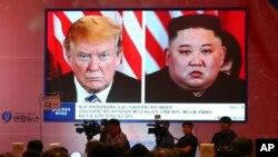 지난 6월 한국 서울에서 열린 토론회에서 도널드 트럼프 미국 대통령과 김정은 북한 국무위원장의 하노이 2차 정상회담 당시 모습을 담은 영상이 나오고 있다.