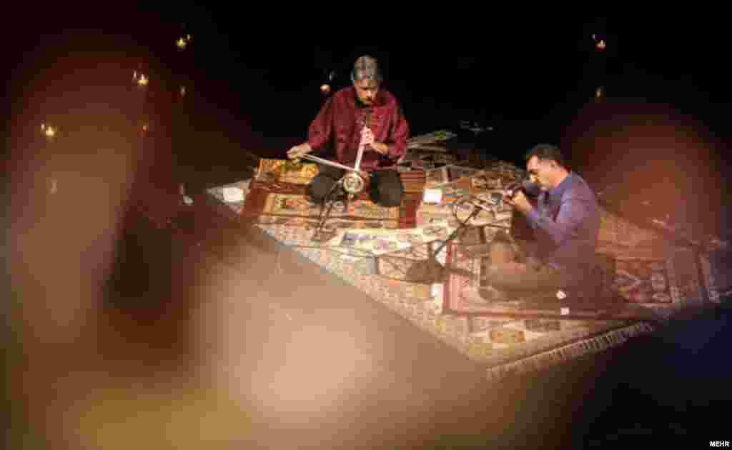 همنوازی کیهان کلهر - کمانچهنواز سرشناس ایرانی - و اردال ارزنجان - موسیقدان ترک و نوازنده ساز باغلاما - شامگاه یکشنبه در تالار وحدت اجرا شد.