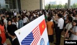 Người dân ở Hà Nội xếp hàng bên ngoài Trung tâm Hội nghị Quốc gia để vào nghe Tổng thống Obama đọc diễn văn.