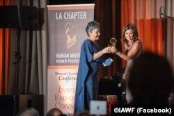 هما سرشار، روزنامه نگار یکی از دریافت کننده های جوایز زنان تأثیرگذار ایرانی- آمریکایی بود