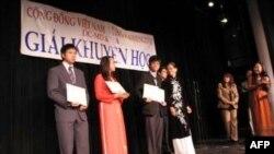 Các em học sinh nhận Giải Khuyến Học 2011