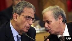 Tổng Thư ký Liên đoàn Ả rập Amr Moussa (trái) và Phó tổng Thư ký Ahmed Ben Helli trong một cuộc họp về vấn đề của khối này (ảnh tư liệu)