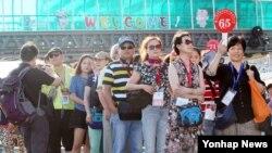 27일 인천 송도신항에서 동북아 지역 최대 규모의 크루즈 '퀀텀 오브 더 시즈'호에서 내린 중국 관광객들이 관광버스를 기다리고 있다.