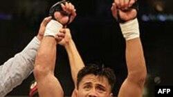 Võ sĩ người Mỹ gốc Việt, Lê Cung, cựu vô địch thế giới hạng trung môn võ phối hợp MMA (Mixed Martial Art)