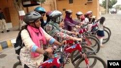 لیاری میں لڑکیاں اور خواتین سائیکل چلانا سیکھ رہی ہیں۔