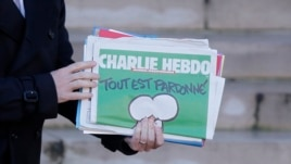 """Nhân viên của báo đã thách thức đưa một bức hí hoạ Tiên tri Muhammed lên trang đầu, với hàng chữ """"Tất cả được tha thứ"""" và """"Tôi là Charlie."""""""