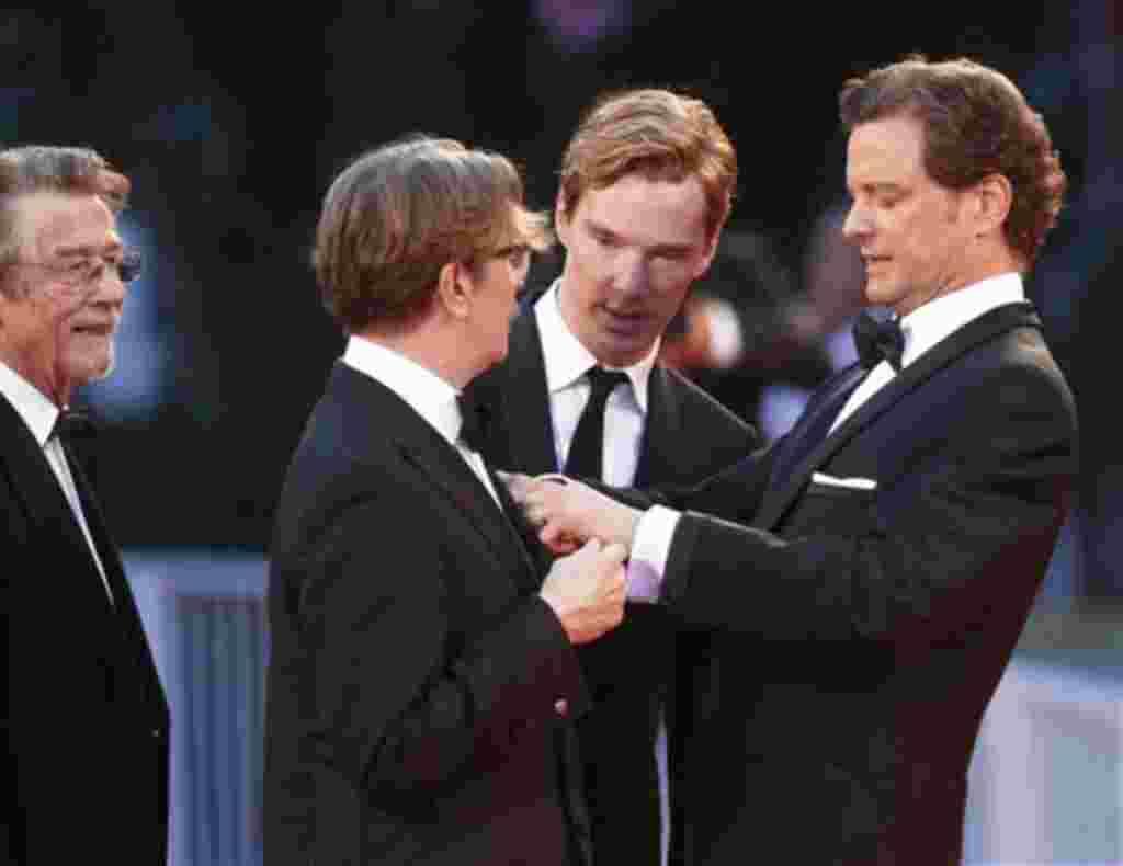 Los actores británicos, Colin Firth, a la derecha, ayudando a Gary Oldman, con su atuendo, y Benedicto Cumberbatch, segundo desde la derecha, y John Hurt mirando, llegan para el estreno de la película 'Tinker, Tailor, Soldier, Spy', en la edición 68 del F
