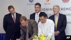 ေဆးဘက္ဆိုင္ရာပစၥည္းကိရိယာမ်ား ေရာင္း၀ယ္ေရးဆိုင္ရာ သေဘာတူညီခ်က္စာခ်ဳပ္ကို လက္မွတ္ေရးထိုးေနသည့္ General Electric ASEAN ကုမၸဏီဥကၠ႒ Stuart Dean (၀ဲမွဒုတိယ) ႏွင့္ Sea Lion ကုမၸဏီ အမႈေဆာင္ၫႊန္ၾကားေရးမွဴး ဦး၀င္းေဇာ္ေအာင္။ ဇူလိုင္ ၁၄၊ ၂၀၁၂