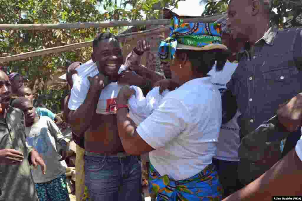 Cabeça de lista do MDM para o conselho autárquico de Nampula, Fernando Bismarque, pede voto ao jovem trajado de camiseta da Frelimo.