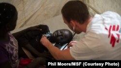 Un docteur de Médecins Sans Frontières (MSF) examine une jeune fille à Juba, Soudan du Sud, le 12 janvier 2014.