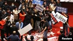 台灣立法院立委在立法議場丟擲的豬內臟堆在地上。 (2020年11月27日)