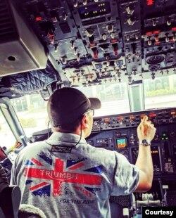 Seorang pilot sedang mengemudikan pesawat jet bisnis. (Foto: Courtesy/Dokumen Pribadi)