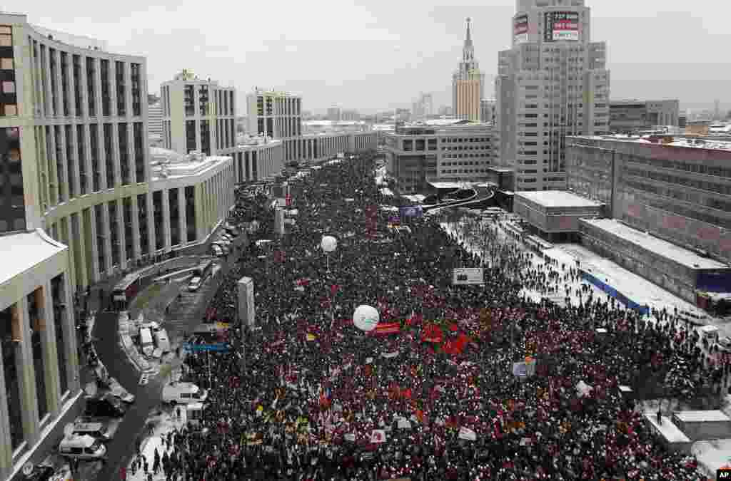 A general view of a demonstration against recent parliamentary election results in Moscow, December 24, 2011. Tens of thousands of flag-waving and chanting protesters called on Saturday for a disputed parliamentary election to be rerun, increasing pressur