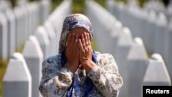 Srebrenitsa yaqinida genotsid qurbonlari qabristonida yig'layotgan ayol. Bosniya va Gersegovina, 11-iyul, 2020.