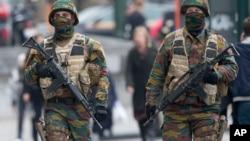 Binh sĩ Bỉ tuần tra bên ngoài tòa án, nơi Salah Abdeslam, nghi phạm hàng đầu trong các vụ tấn công chết người dự kiến sẽ xuất hiện trước một thẩm phán ở Brussels, Bỉ, ngày 24/3/2016.