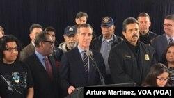 Alcalde de Los Angeles, Eric Garcetti, durante la ceremonia en la que anunció una directriz ejecutiva que amplía la protección a los inmigrantes indocumentados en la ciudad. Foto: Arturo Martínez, VOA.