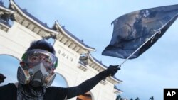 Elinde Tayvan bayrağı tutan Hong Konglu protestocu