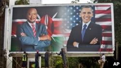 کارگران نصب بیلبوردی که اوباما را در کنار کنیاتا، رئیس جمهوری کنیا نشان میدهد تمام کرده اند. نایروبی، کنیا. ۲۳ ژوئیه ۲۰۱۵