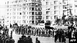 Les troupes de la gendarmerie prenant position devant le bâtiment de la délégation générale toujours occupée par les généraux français EdmondJouhaud, Raoul Salan, Maurice Challe et André Zeller qui ont mené le putsch contre la politique du général Charles