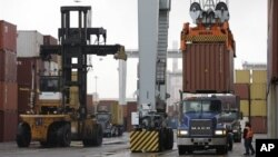 Suasana pelabuhan kontainer di Boston. (Foto: Dok)
