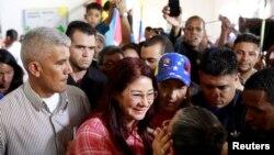 Cilia Flores (baju merah), istri Presiden Venezuela Nicolas Maduro, menyambut para pendukungnya saat dia menghadiri simulasi pemungutan suara 30 Juli untuk sebuah majelis baru, di Caracas, Venezuela, 16 Juli 2017.