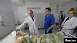 Tổng thống Nga Vladimir Putin gặp một nạn nhân vụ đánh bom ở Volgograd, ngày 1/1/2014.