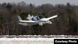 El avión rodante de Terrafugia, el Transition, visto tras un despegue, en pleno vuelo.