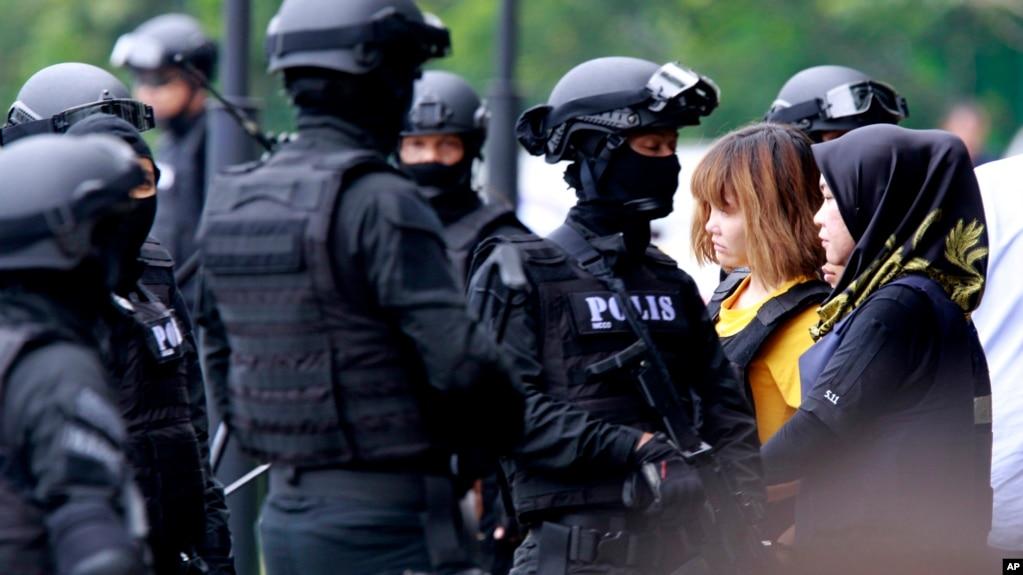 La sospechosa vietnamita Doan Thi Huong, segunda desde la derecha, fue escoltada por la policía a la salida de la corte en Sepang, Malasia, el miércoles, 1 de marzo, de 2017.