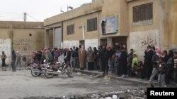 Người dân đứng xếp hàng mua bánh mì tại một cửa hàng địa phương ở Tel Abyed gần Hasaka. (REUTERS/Samer Al-Abdullah/Shaam News Network/Handout)
