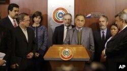 El secretario General de UNASUR, Alí Rodríguez, de centro derecha, habla junto a los otros cancilleres del organismo desde el palacio presidencial en Asunción, Paraguay, criticando la destitución de Lugo.
