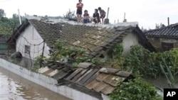 Dân trong thành phố Anju của Bắc Triều Tiên leo lên mái nhà một căn nhà bị ngập nước