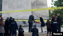 加拿大渥太華一名國家戰爭紀念碑廣場執勤的士兵被槍擊死亡。10月23日哈珀總理伉儷在戰爭紀念碑前獻花。