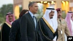 Saudiya Arabistoni shaxzodasi Salmon ibn Abdulaziz al Saud prezident Barak Obamani kutib oldi.