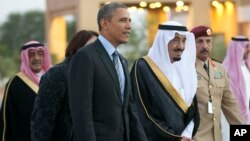 Saudi Arabia's Crown Prince Salman bin Abdulaziz Al Saud, escort President Barack Obama to his meeting with Saudi King Abdullah at Rawdat Khuraim, Saudi Arabia, March 28, 2014.