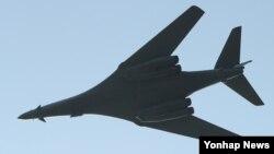 지난 21일 미국의 전략무기인 B-1B '랜서' 폭격기가 서울 국제 항공우주 및 방위산업 전시회(ADEX)가 열리는 경기도 성남시 서울공항 상공을 비행하고 있다.