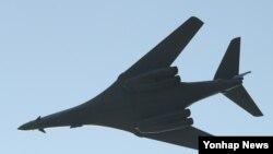 Máy bay ném bom B-1B của Mỹ bay trên bầu trời Hàn Quốc trong cuộc tập trận 5 ngày diễn ra chỉ 1 tuần sau vụ phóng tên lửa đạn đạo xuyên lục địa của Bắc Hàn.