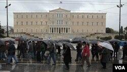 Para pensiunan Yunani melakukan unjuk rasa di depan gedung parlemen di Athena, memrotes langkah penghematan anggaran (22/2).
